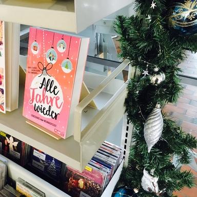 Foto des Weihnachtsbuchgestells, auf Buchcover steht Alle Jahre wieder