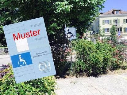 Der Parkplatz für die Fahrzeuge von Menschen mit einer Gehbehinderung ist mit einem speziellen Schild gekennzeichnet, auf dem das Piktogramm einer Person im Rollstuhl zu sehen ist.
