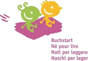 Das Logo von Buchstart ist pink, grün und gelb . Zwei Kinder sitzen auf den offenen Seiten eines fliegenden Buchs.