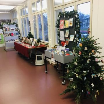 Abgebildet sind 5 Fotos der Weihnachtsmedienausstellung in der Bibliothek