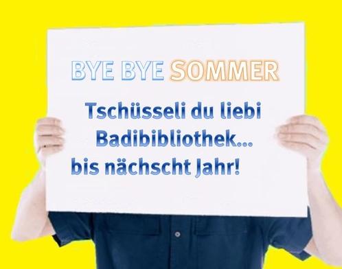 Ein Mann hält ein Plakat hoch. Daruaf steht Bye bye Sommer. Tschüsseli du liebi Badibibliothek bis nächscht Jahr.