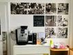 Foto der Kaffeemaschine, Geschirr usw.